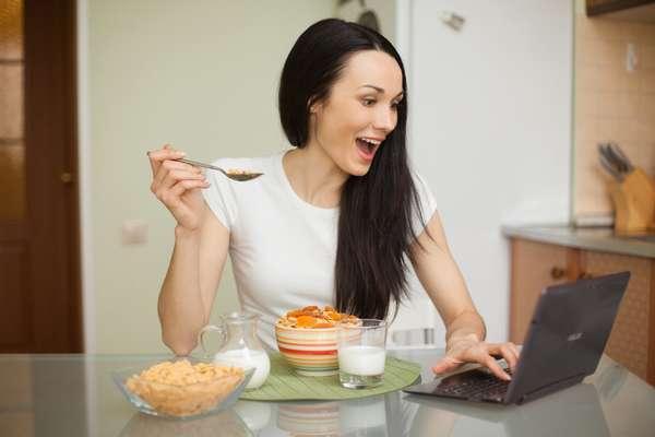 Фото: Сколько нужно есть, чтобы похудеть, девушка за столом