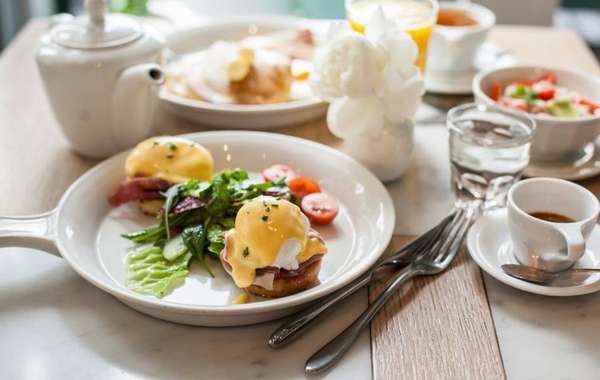 Яичница в облаках к завтраку Фото
