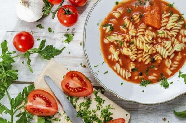 Вегетарианский диетический суп на столе