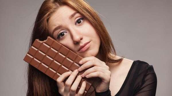 Фото девушки с шоколадкой: Шоколадная диета для похудения