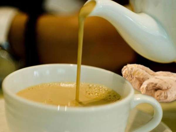 Чай с молоком и имбирем Фото