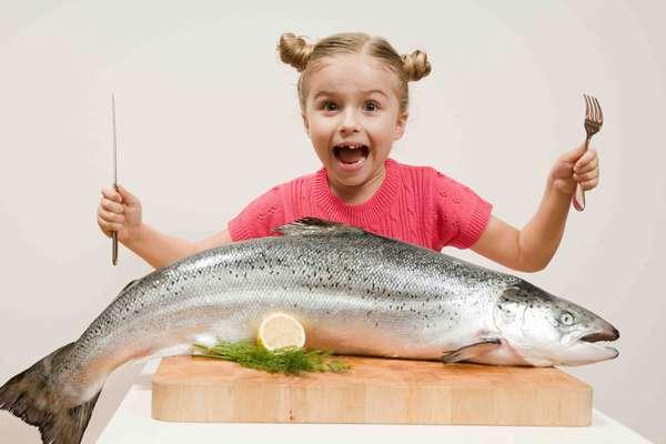 Девочка с рыбой фото