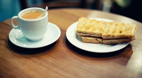 Кофе с молоком и тосты Фото