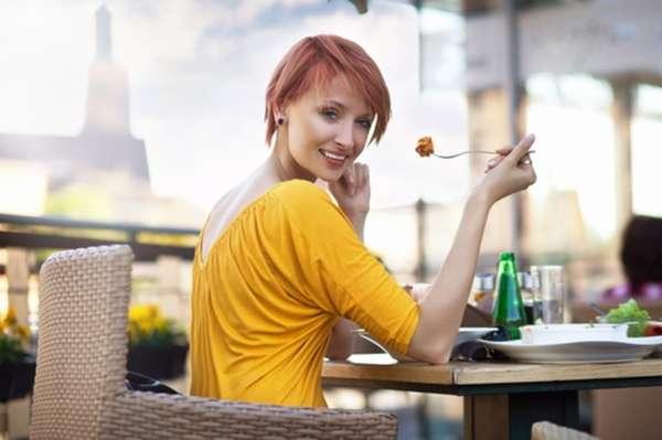 Как научиться есть медленно Фото девушки за столом