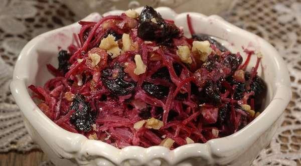Салат из варёной свёклы с черносливом