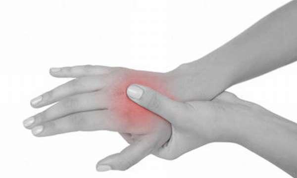 Лечение ушиба кисти руки при падении: что делать в домашних условиях при травме мягких тканей, симптомы повреждения после удара