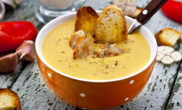 На фото суп с гренками и курицей
