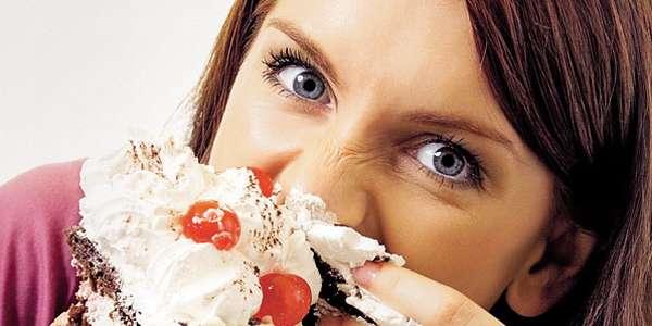 Признаки пищевой зависимости Девушка с тортом