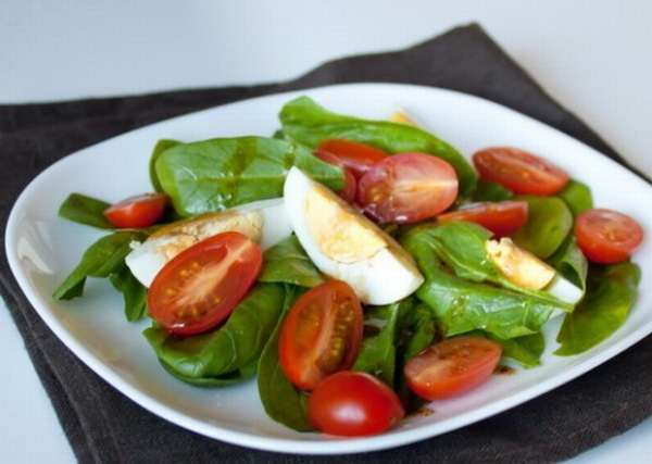 Салат со шпинатом и помидорами