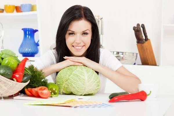 Девушка за столом - Капустная диета для похудения