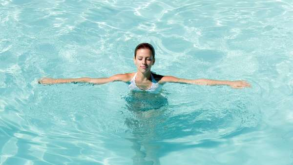 Упражнения для живота в бассейне