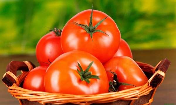 Диета на томатном соке. Томаты в корзинке.