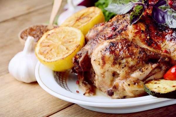Фото: Запеченная курица с лимоном и травами