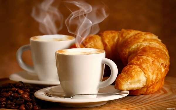 дробное питание на каждый день. Фото кофе с круасаном