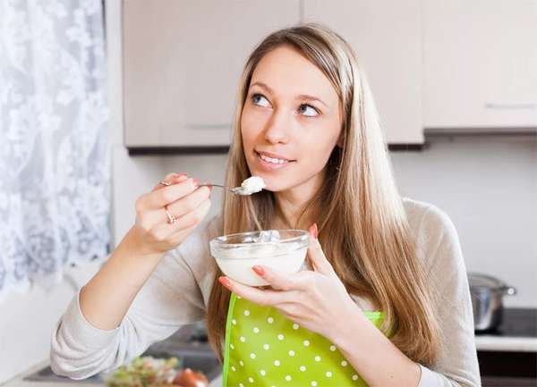 Как восстановить микрофлору кишечника в домашних условиях - девушка за столом