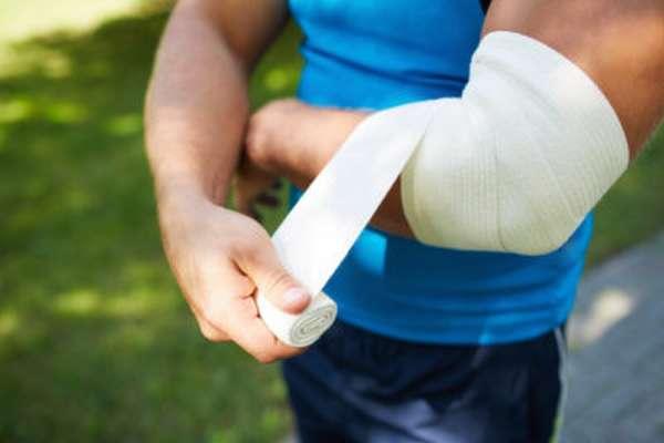 Как оказывать первую помощь человеку если у него вывих локтевой сустав