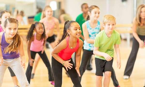 Танцевальные движения Зумбы легко выучить с ребенком
