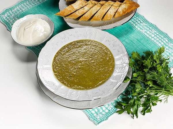 На фото суп из зеленой чечевицы со сливками