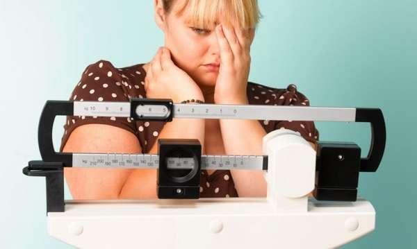 Причины лишнего веса - девушка на весах