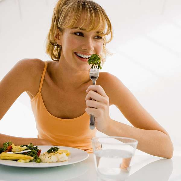 Девушка есть салат