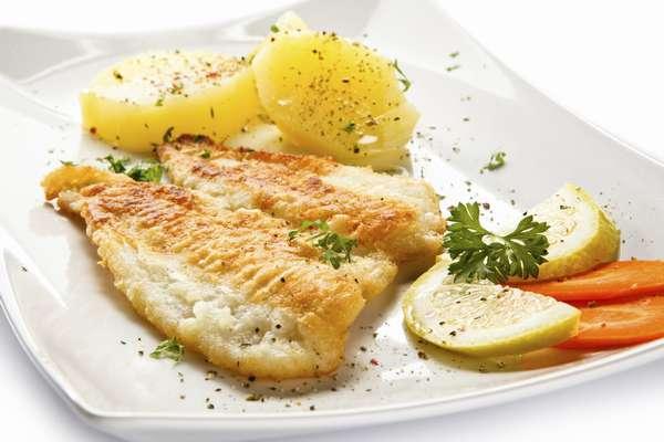 Отварной картофель с рыбой