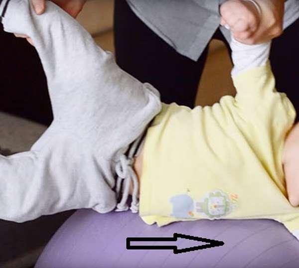 Упражнение самолетик на фитболе для грудничков