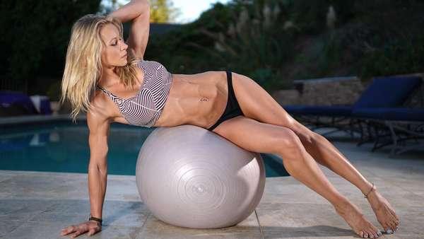 Фитнес дома: три упражнения для укрепления мышц пресса от Сюзаны Лайт