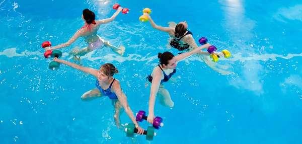 Упражнения с гантелями в бассейне