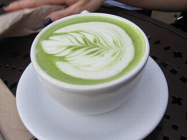 Зеленый листовой чай на молоке