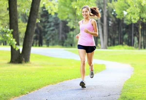 Фото: девушка бежит - польза ходьбы