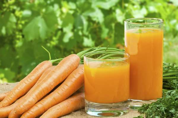На природе выпить свежеприготовленный напиток из моркови