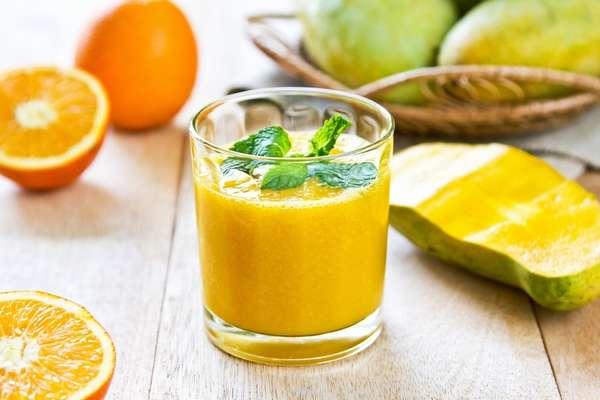 На фото манговый смузи