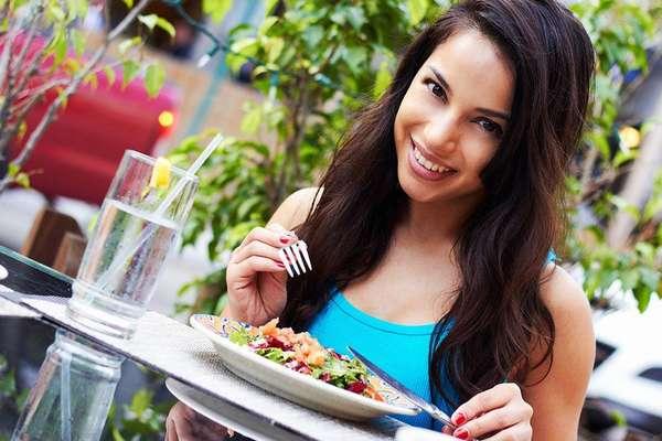 Диета Правильное питание - девушка за завтраком