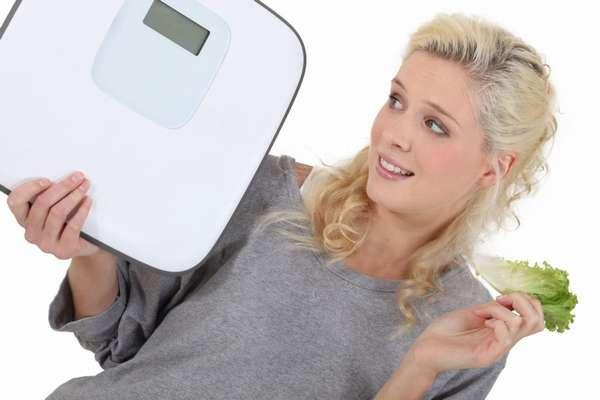 Девушка и весы - как быстрее похудеть