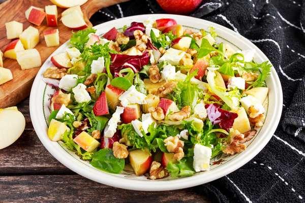 Фото: Салат из овощей с орехами
