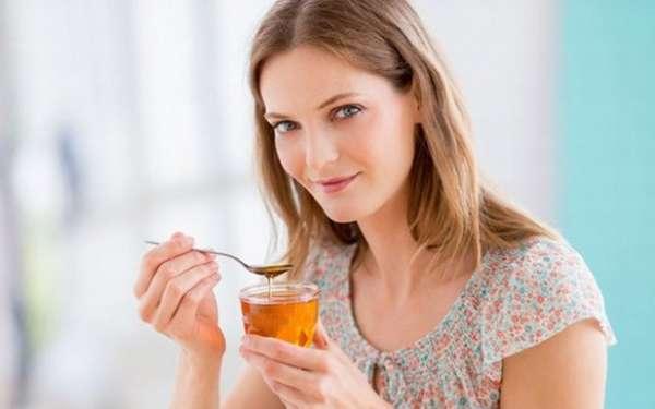 Девуушка пьет чай с медом