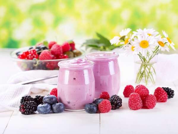 Йогурт с ягодами Фото