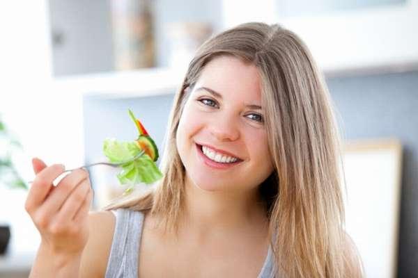 Фото: Девушка обедает