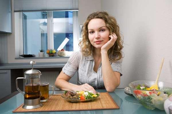 Щелочная диета - девушка за столом