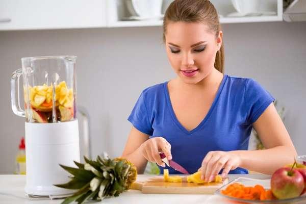 Самая легкая диета, девушка готовит легкое блюдо