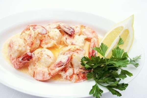 На фото морепродукты с сырно-чесночным соусом