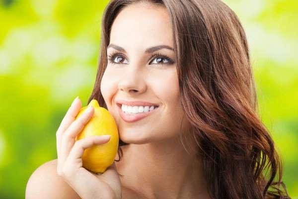 Фото: девушка с лимоном