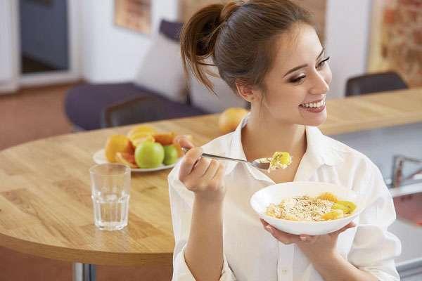 часы дробного питания. фото девушки за завтраком