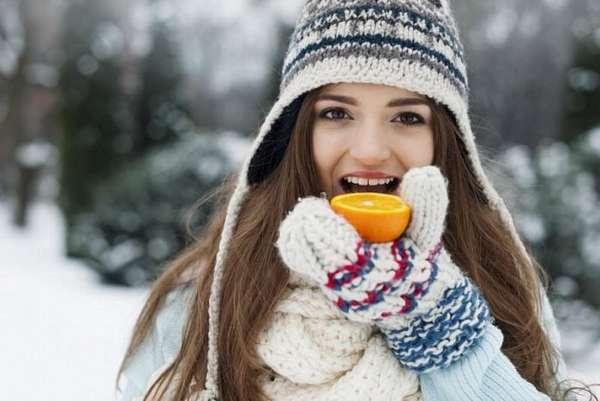 Девушка с апельсином зимой