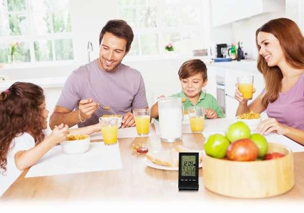 Сколько раз в день нужно питаться. Фото семьи за завтраком.