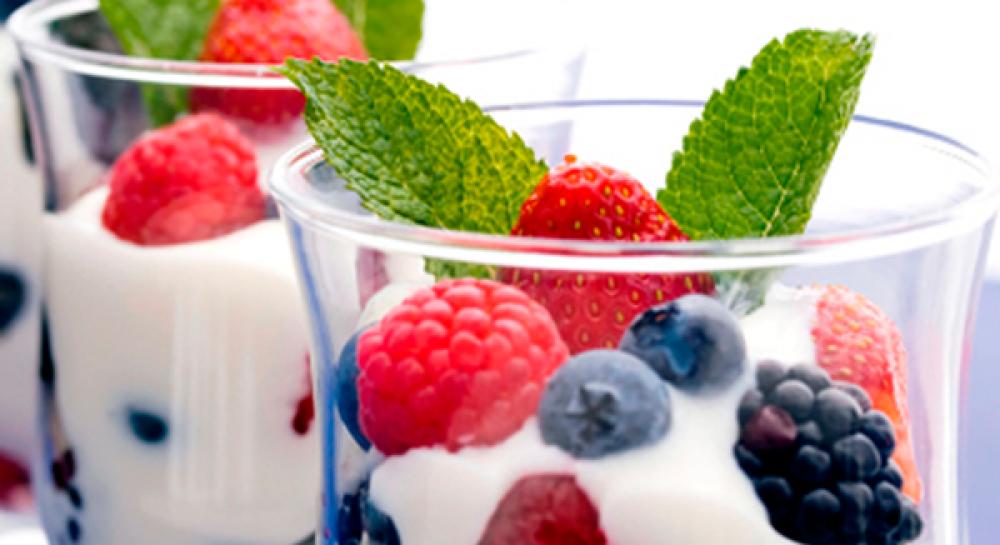 Натуральный йогурт с ягодами Фото
