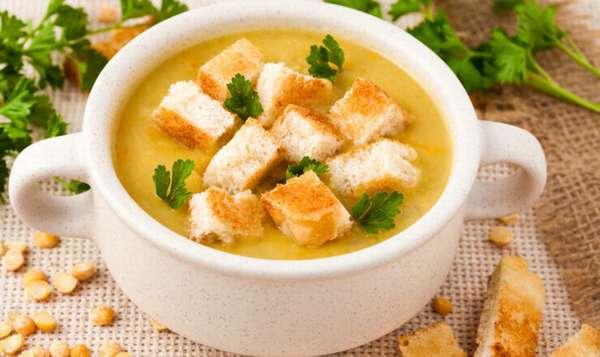 Чечевичный суп с горохом и гренками Фото