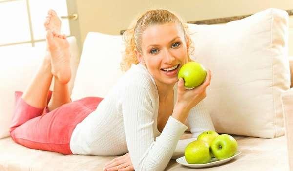 Девушка с яблоками Фото