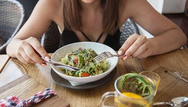 Время для еды Фото девушки за столом